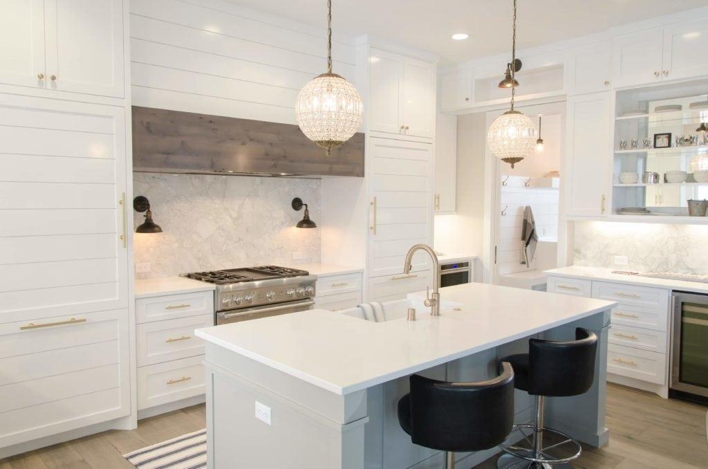 Weiße Küche mit Lichter