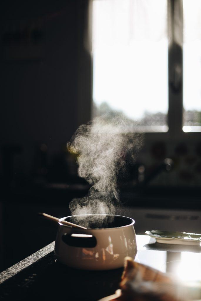 Wasser kocht und Dampf