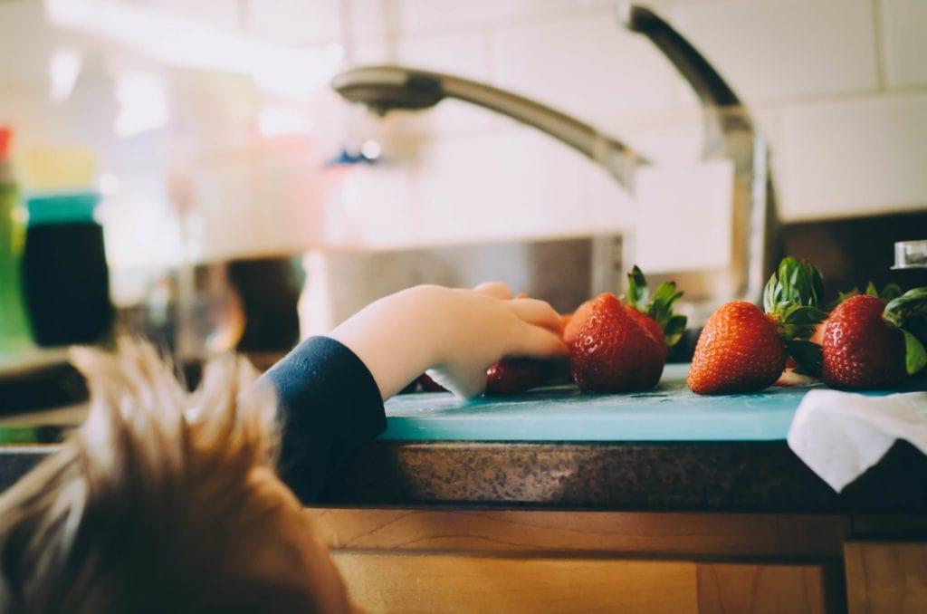 Kind in der Küche