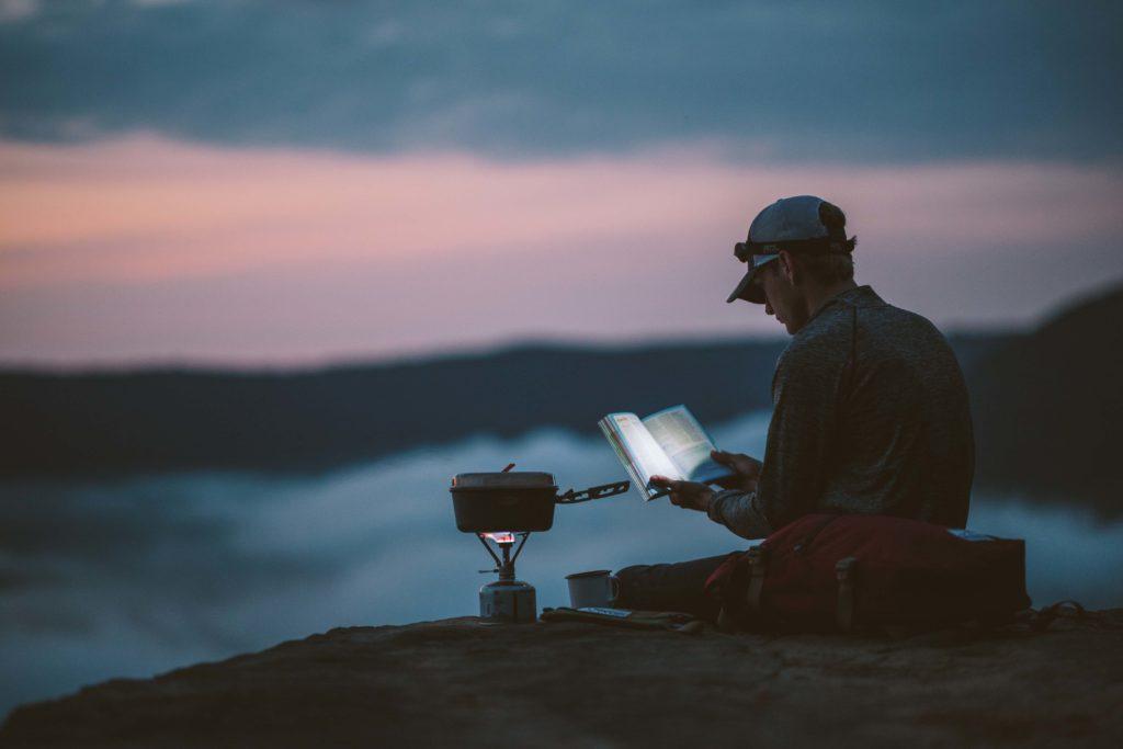 Mann mit Buch und Gasfeld