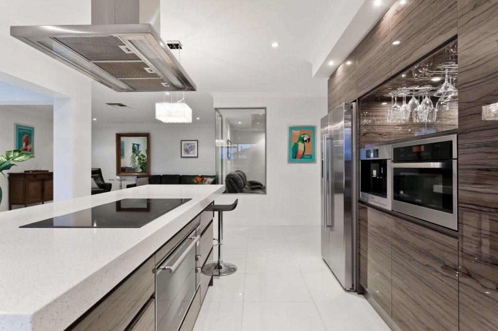 Große schöne Küche und Herd