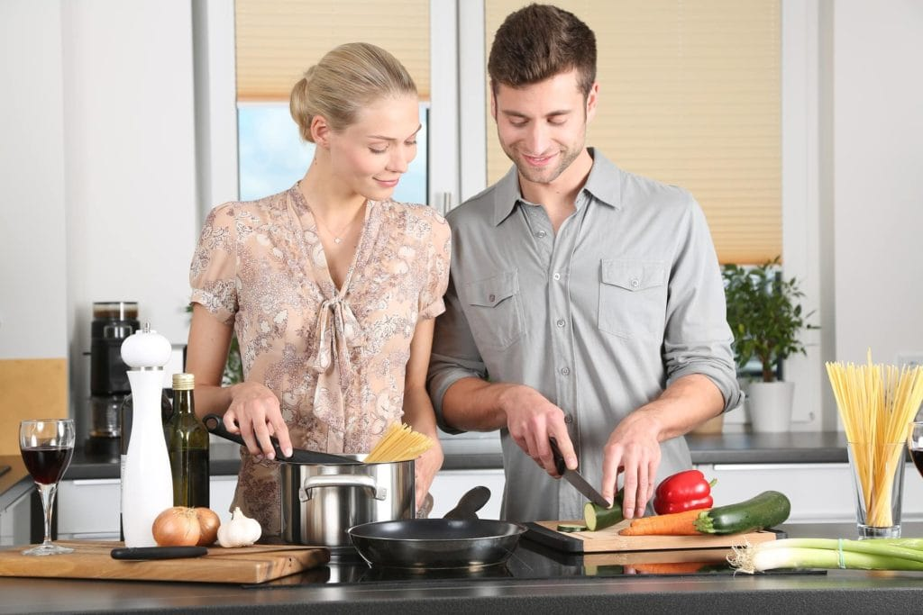 Familie am Kochen