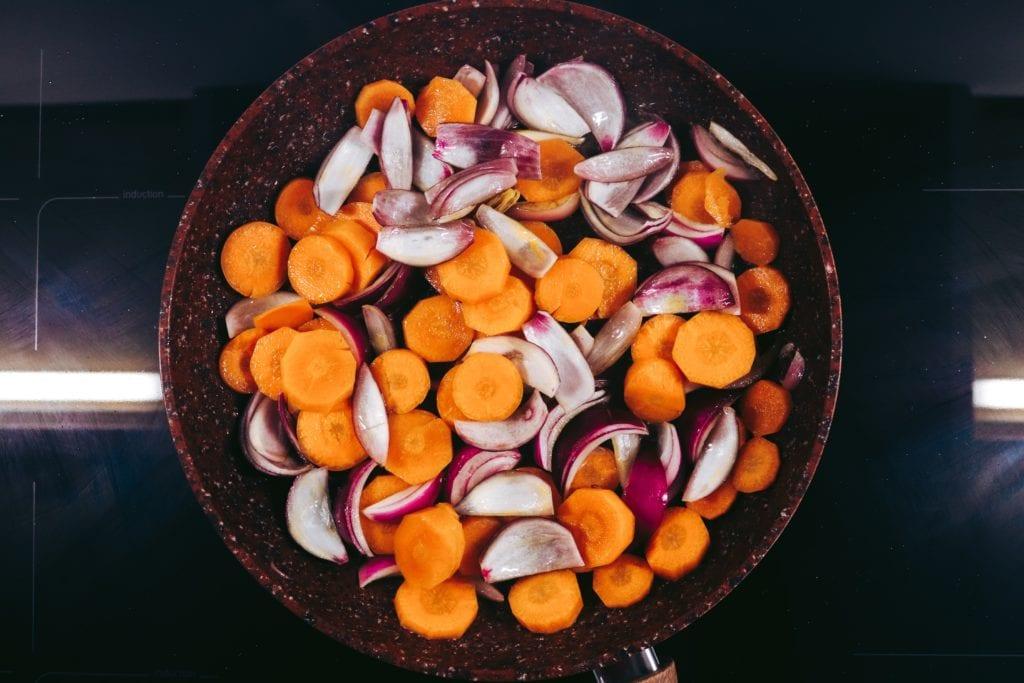 Gemüse auf Kochfeld in Pfanne