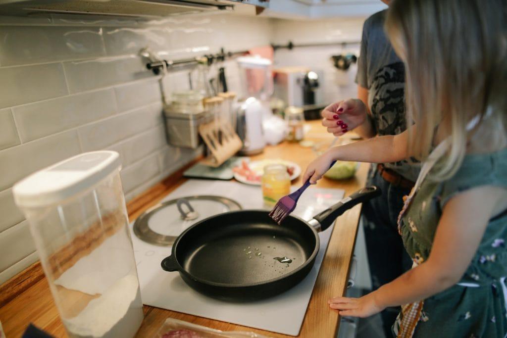 Kleines Kind in Küche