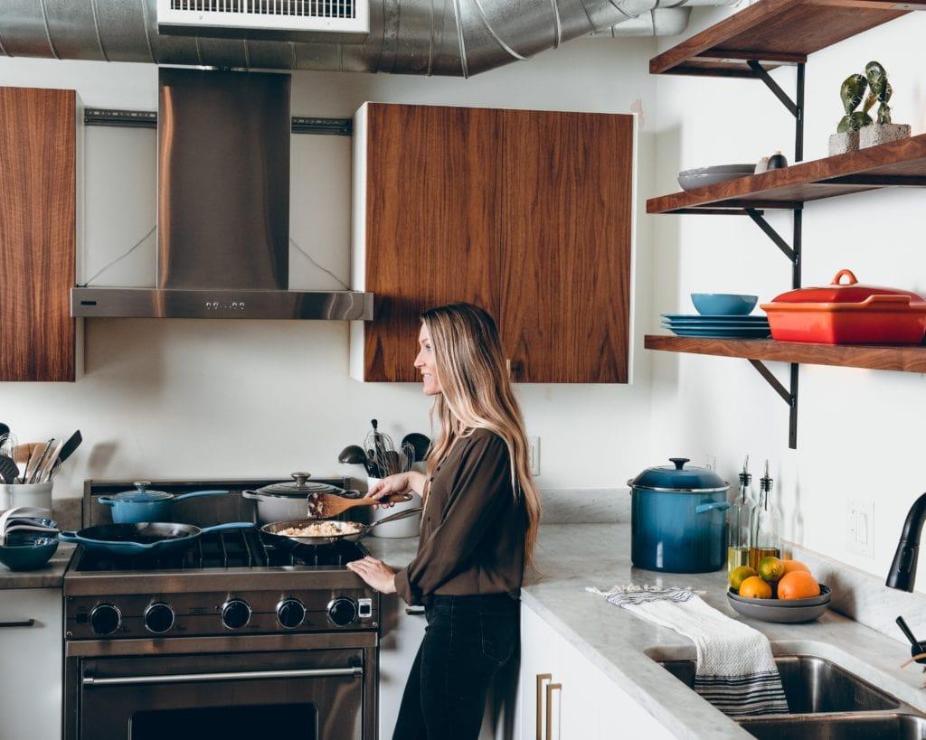 Mädchen am Kochen