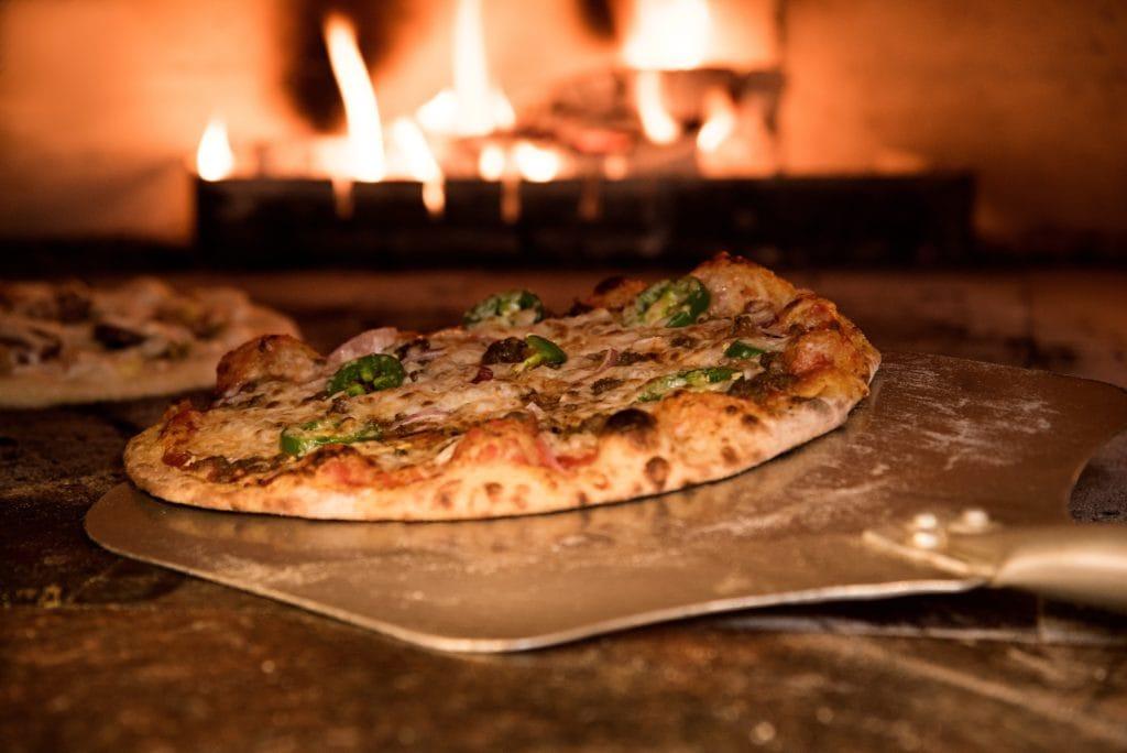Pizza in Ofen schieben