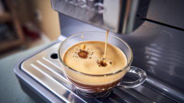 Kaffeetasse mit einem Espresso unter einer Kapselmaschine