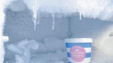 Eisfach in einem Gefrierschrank mit einem Eisbecher