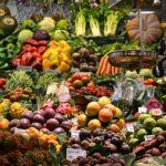 Früchte und Gemüse auf einem Marktstand