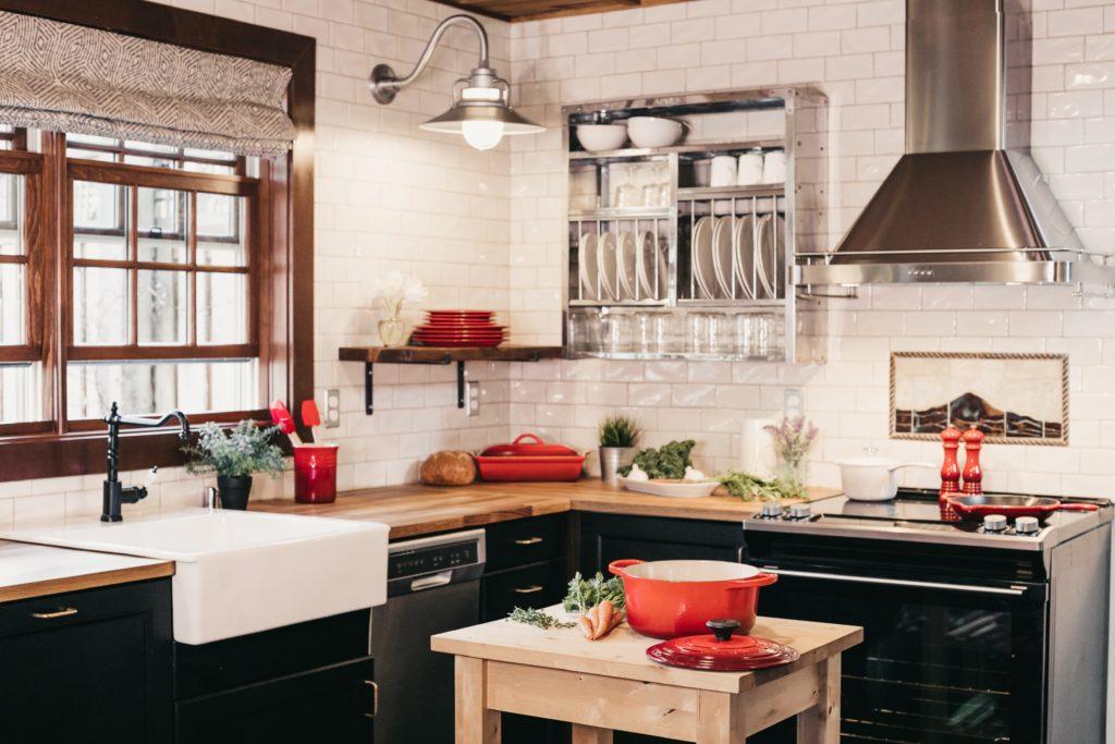Küche mit silbener Wandabzugshaube