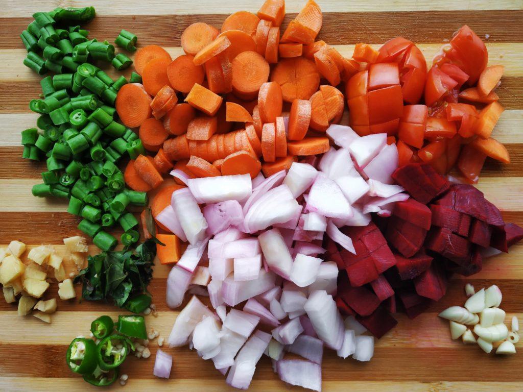 Klein geschnittenes Gemüse auf einem Holzbrett ( gemüseschneider test )