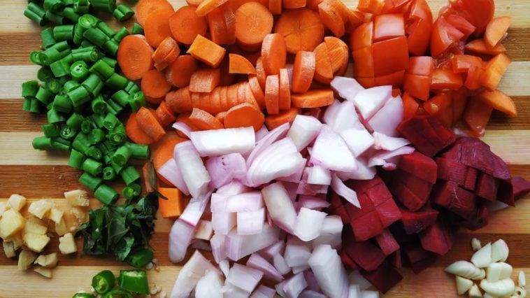 Klein geschnittenes Gemüse auf einem Holzbrett