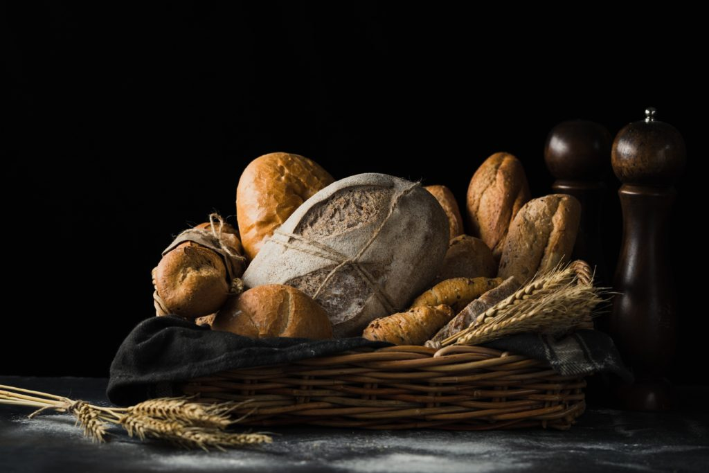 Verschiedene Arten von Brot in einem Korb auf einem Tisch