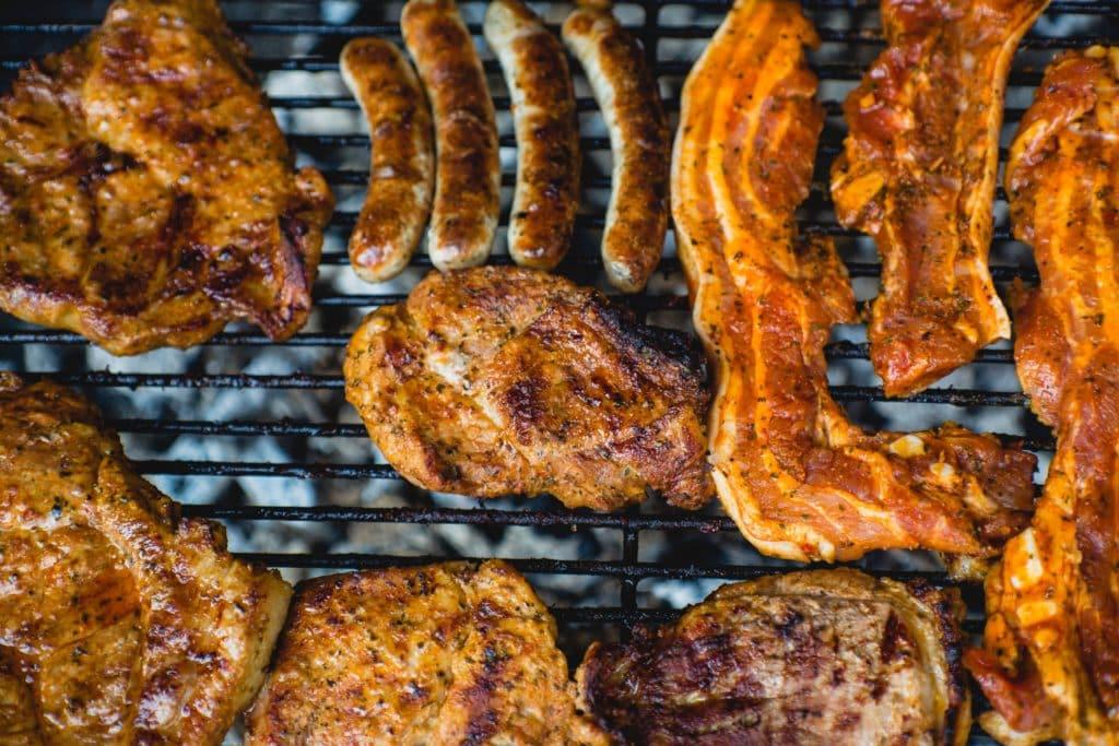 Verschiedene Fleischsorten auf einem Grill